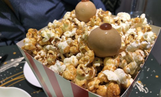 Pop corn con due bon bon di crema di mais, gianduia, mou e pop corn caramellato