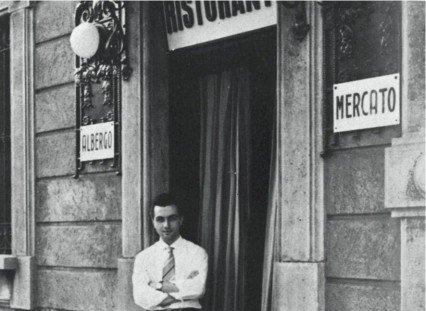 Il giovane Marchesi davanti alla porta dell'indizzo di famiglia, Al Mercato in via Bezzecca, a Milano