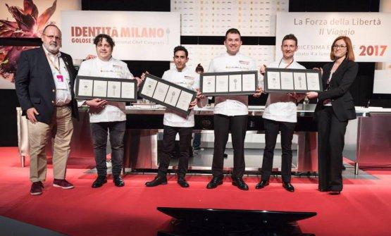 Pequini, terzo da sinistra, sul palco di Identità Milano con Paolo Marchi, Gianluca Fusto, Beppe Allegretta, Galileo Reposo ed Eleonora Cozzella