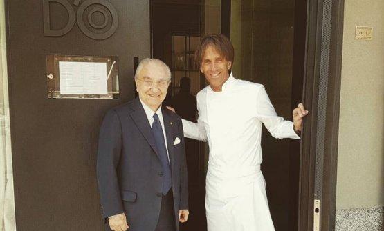 In una foto del 2017, con Gualtiero Marchesi sulla soglia del D'O