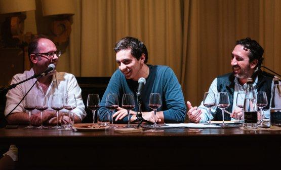 Arturo Pallanti presenta le etichette dell'azienda di famiglia, assieme a Francesco Pensovecchio e Luca Caruso (foto di Stefano Butturini)
