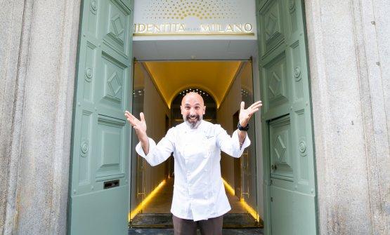 Uno dei padroni di casa, Andrea Ribaldone, coordinatore delle cucine dell'Hub, dà il benvenuto sulla soglia di via Romagnosi 3