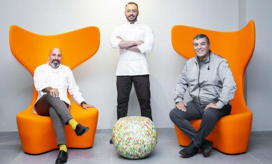 Da sinistra: Andrea Ribaldone, Alessandro Rinaldi e Claudio Ceroni, con le poltrone Drum di Mac Stopa e il tavolino Bong Floreal, firmato dallo stesso Giulio Cappellini
