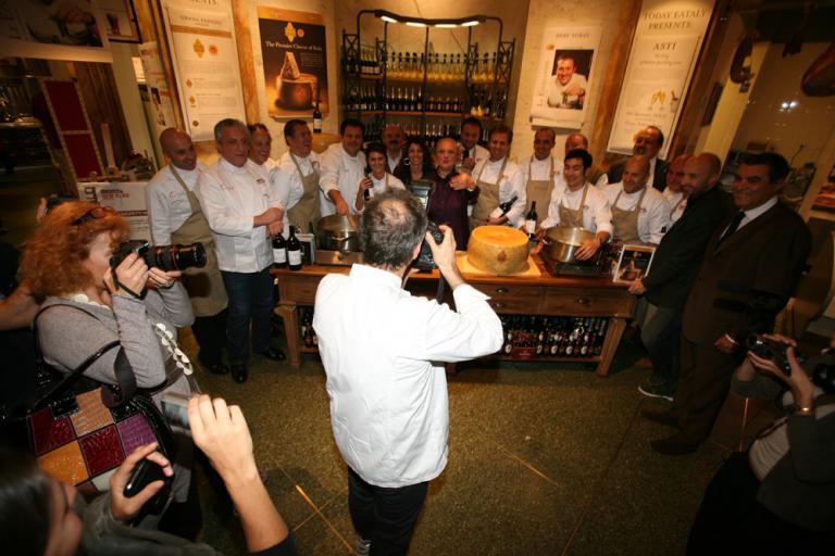 Massimo Bottura immortala gli altri chef protagonisti che con lui hanno animato i vari momenti di Identità New York