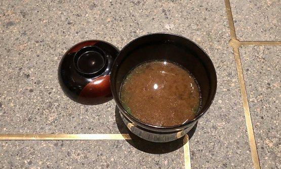 Zuppa di miso rosso con brodo di pesce (granchio, pezzogna, ricciola, tofu)