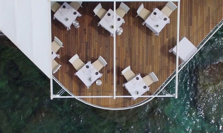 Il ristorante è sempre aperto, ma con la bella stagione la terrazza affacciata sul mare è imperdibile