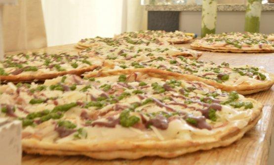 """Il Pizzolo """"Rucoletta"""", poco prima di essere richiuso con lo strato superiore di pasta"""
