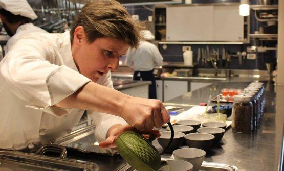 Viviana Varese, al lavoro nella cucina di Alice Ristorante. Da ottobre 2017 ha presentato una nuova carta, proponendo per la prima volta un percorso di degustazione senza nessun piatto di pesce e puntando molto sui Presidi Slow Food