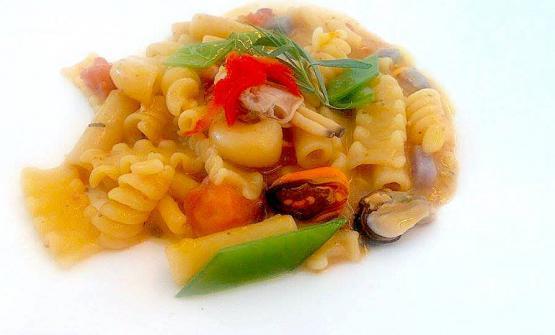 Mischia Francesca in brodo di polpo, taccole, patate e frutti di mare