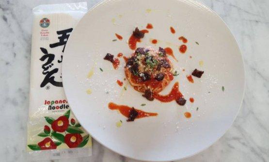 Il Wagyu va ad Amatrice. Ovvero noodle della prefettura di Nagasaki, pancia di Wagyu croccante, salsa al pomodoro e shiso diLorenzo Lavezzari, chef diOttoaNovate Milanese