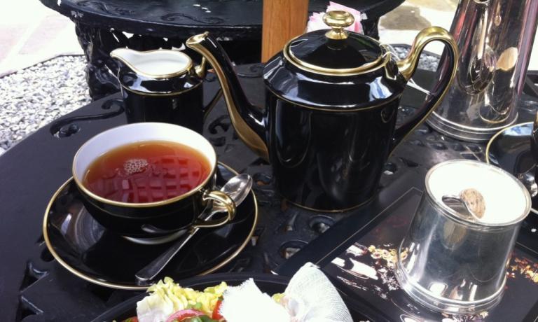 Scene dal afternoon tea del Blakes Hotel di Londra, telefono+44.(0)20.73706701. Il cosiddettoEnglish breakfast Tea è una miscela di tè neri di Ceylon e d'Assam le cui origini sono controverse