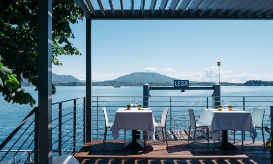 La bellissima veranda del ristorante Battipalo, a Lesa (Novara), è un ottimo luogo dove approfittare di una cucina raffinata e della pace della sponda piemontese del Lago Maggiore