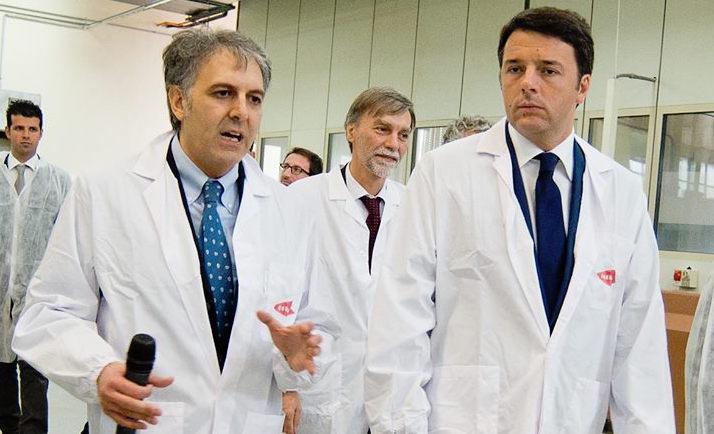 Giuseppe Condorelli mentre guida il premier Matteo Renzi e il ministro Fabrizio Del Rioall'interno dellaCondorelli