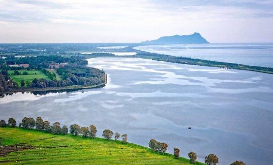 Il lago di Fogliano, in fondo il Circeoe, oltre la striscia di terra, il mare. proprio su quella striscia, fuori immagine sulla destra, sorge Il Fogliano