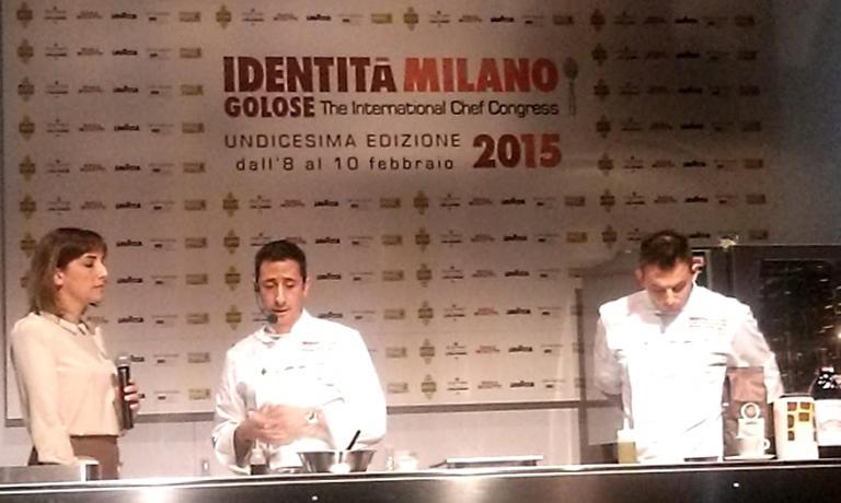 Fabio Abbattista sul palco di Identità Naturali al congresso milanese di quest'anno, insieme alla presentatrice Lisa Casali