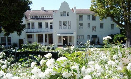 La facciata del Cellars Hoenort di Constantia in Sudafrica. All'interno, Greenhouse � uno dei ristoranti pi� acclamati del Paese, telefono�+27.(0)21.7942137