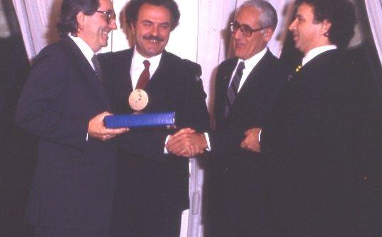 E' il 1984: Marchesi riceve il premio Europa a tavola da Toni Sarcina, sulla destra
