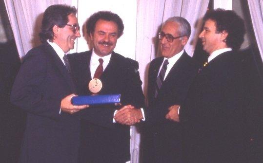 Marchesi riceve dalle mani di Toni Sarcina il premio Europa a Tavola, nel1984