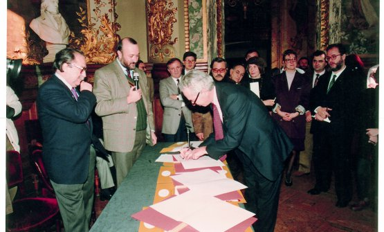 Paris, 1989: it's the 21st December, at Opéra-Comique the International Movement for the Defense of and the Right to Pleasure is officially born. The manifesto is signed by delegates from Argentina, Austria, Brazil, Denmark, France, Germany, Japan, Italy, The Netherlands, Spain, United States, Sweden, Switzerland, Hungary, Venezuela