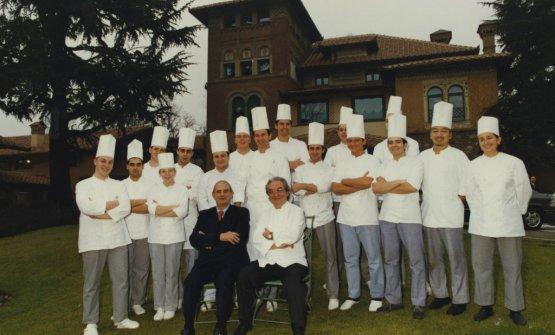 Paul Bocuse e Gualtiero Marchesi in uno scatto del 1995, all'Albereta di Erbusco. Due giganti scomparsi a poche settimane di distanza (foto artasersepasqual.com)