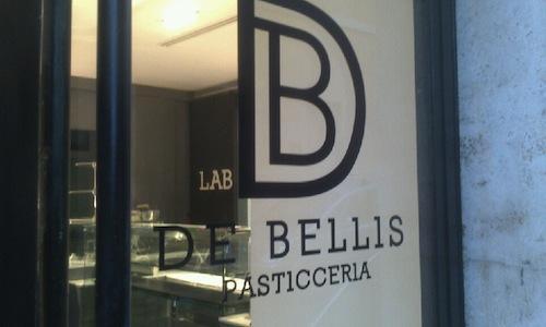 La vetrina della nuova pasticceria di Andrea De Bellis in piazza del Paradiso a Roma. Dopo una serie di esperienze in Spagna (Torreblanca, Adria e Roca) e la firma sui dolci del Majestic e dell'Open Baladin, il 34enne � pronto per la sua scommessa in prima persona