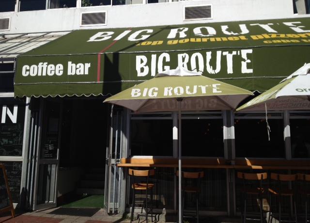 L'ingresso di Big Route, sullaMain Road diGreenpoint a Cape Town, telefono+27.(0)21.4332530. Gestita dadue simpatici ragazzi italo-sudafricani, Adriano e Alfredo, si spinge ben oltre i limiti folcloristici di altre pizzerie sudafricane dai nomi improbabili come Col Cacchio o Cornuti al Mare