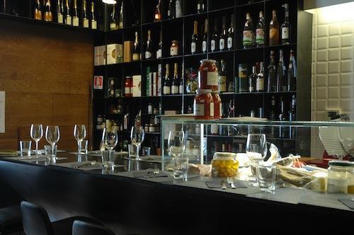 Il bancone di Bancovino, aperto da poco in�via Pietro Borsieri 27 a Roma, telefono�+39.06.87673864, una�lunga superficie sulla quale appoggiarsi per scegliere una delle tante bottiglie di vino, in vendita come tanti altri prodotti. A cucinare piatti buoni e semplici, l'italo-argentino Adrian Venturi