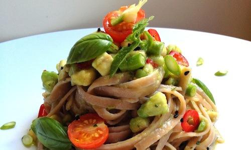 Fettuccine with avocado, tomatoes and garlic stems by Daniela Cicioni, a dish that can be enjoyed warm or cold, with a seasoning that doesn't require cooking, suitable for any kind of pasta