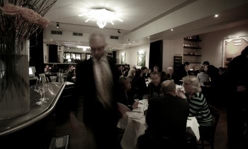 La sala del ristorante PM & Vänner di Växjö, cittadina della Svezia centro meridionale, telefono +46.(0)470.700444. A poche centinaia di metri, una serra con un piccolo orto. Presto il ristorante diventerà un innovativo hotel gourmet