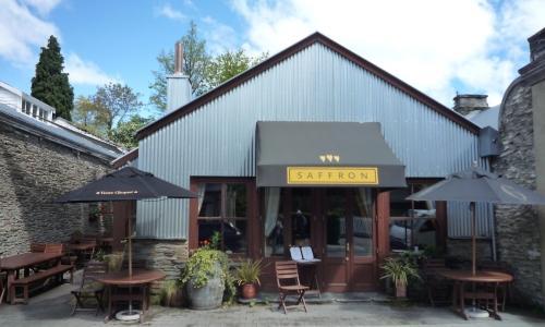 L'ingresso del ristorante Saffron a Arrowtown, nello Strand di Central Otago. Il locale, che sembra uscito da una cartolina ottocentesca, ha nei dessert il punto forte:Sorbetto di formaggio di capra con datteri bagnati nell'amaretto, telefono +64.(0)3.4420131