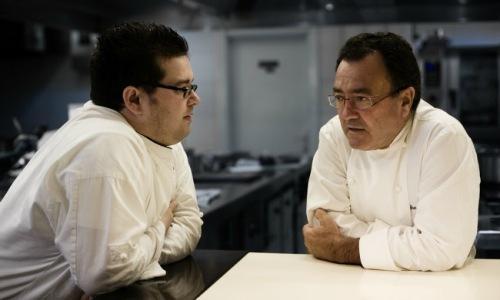 A sinistra Marcos Morán, 34 anni, con il padre Pe
