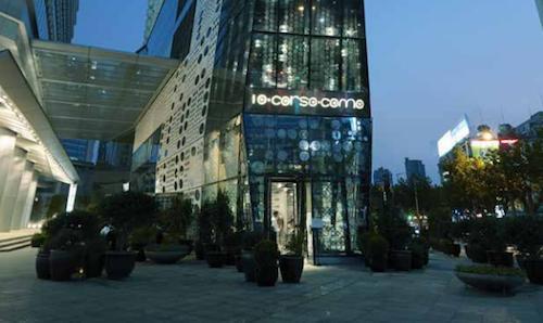 L'ingresso di 10 Corso Como a Shanghai, in Cina. Lo store di Carla Sozzani ha aperto da poche settimane nella downtown della città. Tante eccellenze italiane e, all'ultimo piano, la cucina di Corrado Michelazzo, vecchia conoscenza di Identità così come Zenato, cantina che ha accompagnato il suo debutto in un piacevole serata