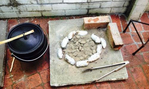 L'angolo cottura del Potjie sudafricano, uno stufato cotto in pentola di ferro a tre gambe di dimensioni variabili, su un fuoco di legna o di carbone. Originariamente era il cibo dei primi coloni olandesi durante le lunghe e faticose esplorazioni di questo paese. Ora è uno dei piatti tradizionali della cucina sudafricana