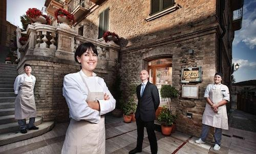 A close up of Emanuela Tommolini, and right behind her, Fabio De Cristofaro. They represent the soul of Esprì, in Colonnella (Teramo), Osteria with natural cuisine . Paolo Marchi told us about them in depth here