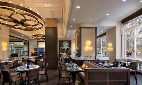 Tutta la luce del Dinner by Heston, all'interno del�Mandarin Oriental hotel a�Knightsbridge,�Londra, telefono�+44.(0)20.72352000. Prenotare un tavolo nell'insegna londinese di�Heston Blumenthal non � poi cos� proibitivo, anche last minute