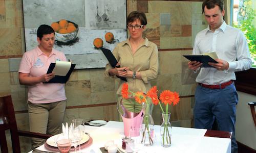 Al centro, Dominique Loiseau, vedova del grande cuoco di Borgogna�Bernard Loiseau, morto sucida nel febbraio 2003. A lui � dedicato�Festival culinaire Bernard Loiseau, che ha luogo nel resort Constance�Belle Mare Plage a Mauritius, Oceano Indiano, da domani fino al 5 aprile. In giuria per Identit� Golose, c'� Paolo Marchi