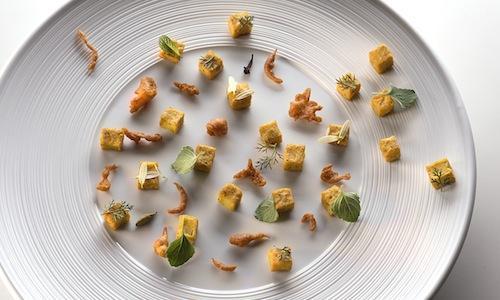 Roma-Bombay mix, ricetta di Simone Salvini che ricorre a due farine: quella di ceci e quella di grano saraceno. Un piatto bello, ricco e buono�(foto Federico Cavicchioli)