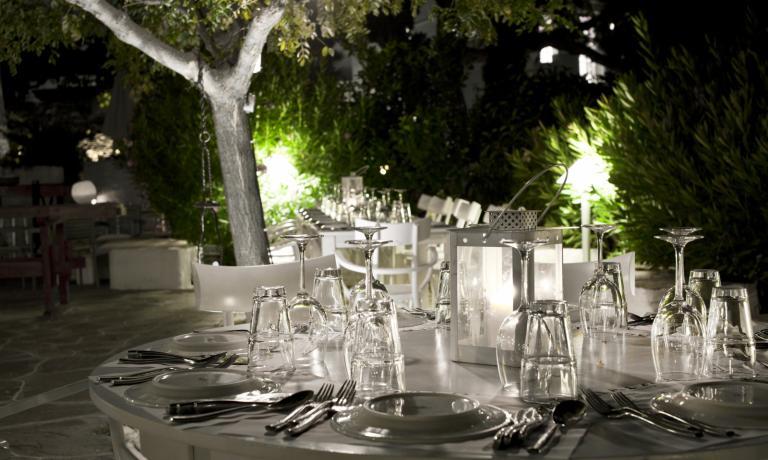 Gli ulivi secolari del Rabagas, il più bel ristorante di Sifnos, affascinante isola delle Cicladi, sono stati la scenografia perfetta per Greece Meets Italy. Evento estivo, divertente e significativo, nato sotto il segno di Identità Golose