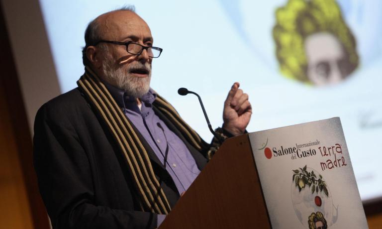 Carlo Petrini, 65enne fondatore di Slow Food, presenta la decima edizione del Salone del Gusto, evento che da domani fino a luned� 27 ottobre trasciner� migliaia di appassionati del cibo al Lingotto di Torino (foto www.educazionesostenibile.it)