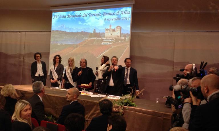 Il palco (quello di Grinzane Cavour, ce n'era anche uno a Hong Kong collegato in diretta streaming) della XV Asta mondiale del tartufo bianco d'Alba: davanti all'esemplare monstre da un chilo - aggiudicato per 100mila euro - si riconoscono tra gli altri Davide Paolini ed Enzo iacchetti, mentre in platea, in prima fila, c'� Enrico Crippa (foto Passera)