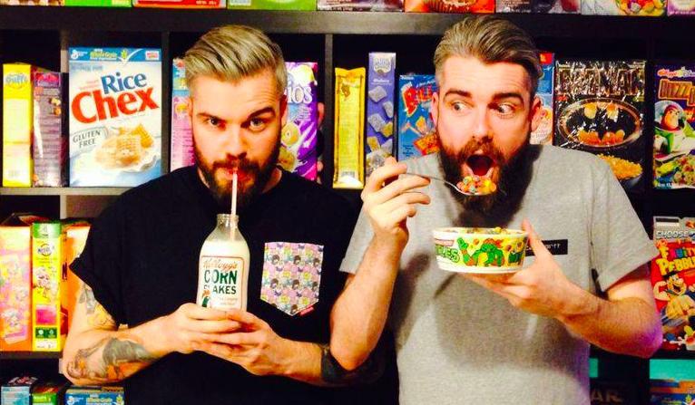 I gemelli Gary e Alan Keery di Cereal Killer Caf�, al 139 di Brick Lane a Londra. Nell'offerta dell'insegna, 120 tipi di cereali divisi per paese di provenienza. Il latte vaccino � compreso nel prezzo