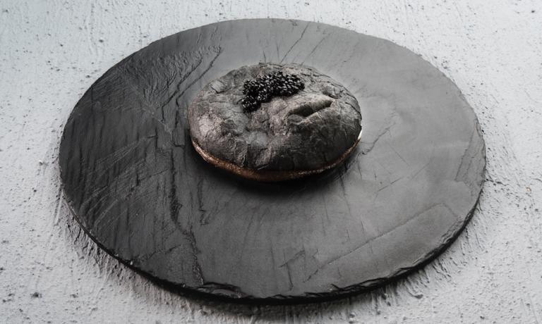 DA NEW YORK A MILANO. La Pizza in black, ormai piatto simbolo di Vitantonio Lombardo. (Brambilla/Serrani)