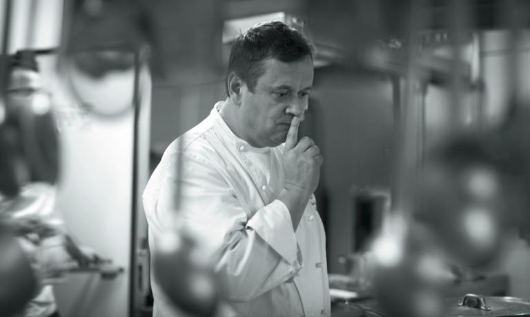 Nello scatto di Gianni Antoniali, un'espressione curiosa di Emanuele Scarello, chef classe 1970 del ristorante Agli Amici di Godia, una frazione di Udine. Il mestiere del cuoco e la storia della sua insegna, attiva dal 1887, sono ben riassunti nel volume Scarello edito daItalian Gourmet(244 pagine, 69 euro, acquistabile online)