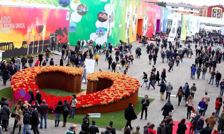 La 49ma edizione di Vinitaly va a bilancio con 150mila visitatori provenienti da 140 paesi del mondo, e 2.600 giornalisti di 46 nazioni. La cinquantesima edizione si terr� al 10 al 13 aprile 2016. Di mezzo si sar� Expo 2015, con l'area vino curata proprio da Vinitaly (Foto Ennevi-Veronafiere)