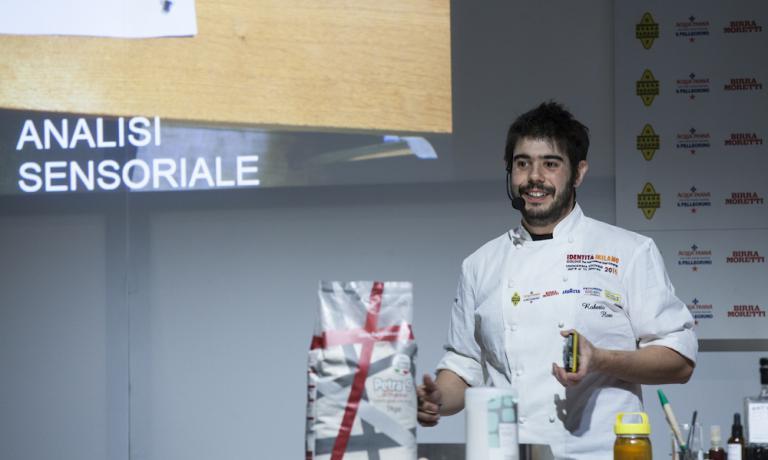 Roberto Florein uno scatto tratto dalla lezione di Identità Estreme, nel febbraio scorso a Milano. Sardo, classe 1982, Flore è l'head chef del Nordic Food Lab di Copenhagen, in Danimarca, un progettodedicato alla ricerca open-source della squisitezza degli alimenti (foto Brambilla/Serrani)