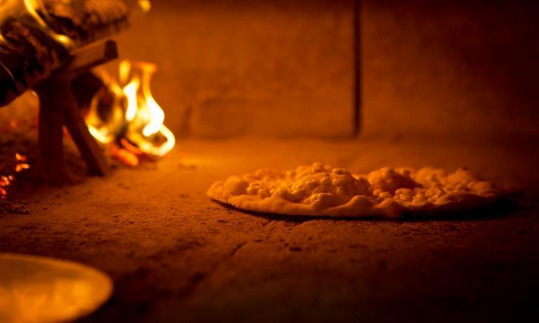 La pizza con le bolle cuoce nel forno della pizzeria Da Ezio, piazza Licini 2 ad Alano di Piave (Bl), tel. +39.0439.779125,�pizzeriadaezio.it