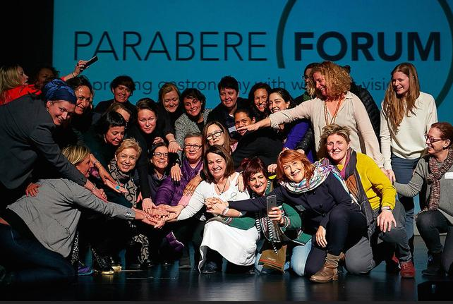 L'immagine festosa conclusiva di Parabere, forum che ha avuto luogo a Bilbao l'1 e il 2 marzo scorso allo scopo di��migliorare il mondo gastronomia attraverso la visione delle donne�. Al centro, vestita di bianco, si riconosce la curatrice e organizzatrice, Maria Canabal