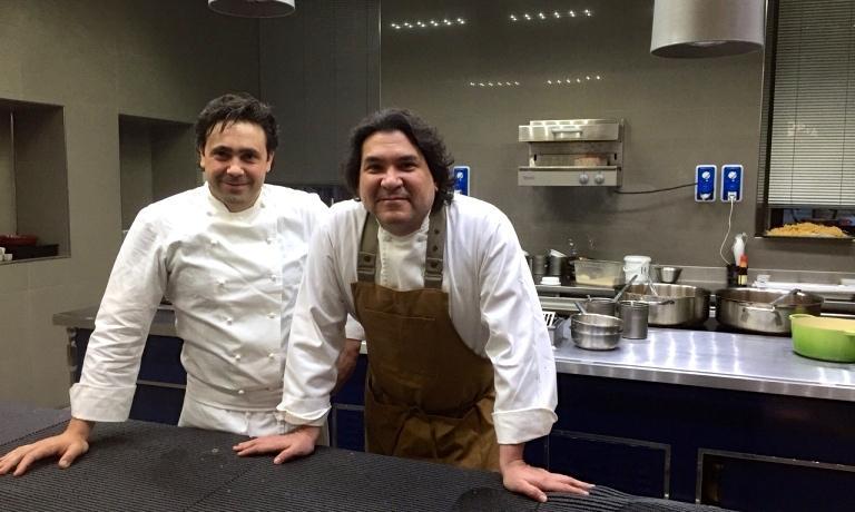 Gast�n Acurio venerd� scorso con Daniel Canzian, al ristorante Daniel di Milano, per presentare il suo menu peruviano che sar� possiile gustare fino al 2 luglio. Per lo chef sudamericano la cucina � uno strumento per diffondere cultura, ma anche la pi� importante arma di pace