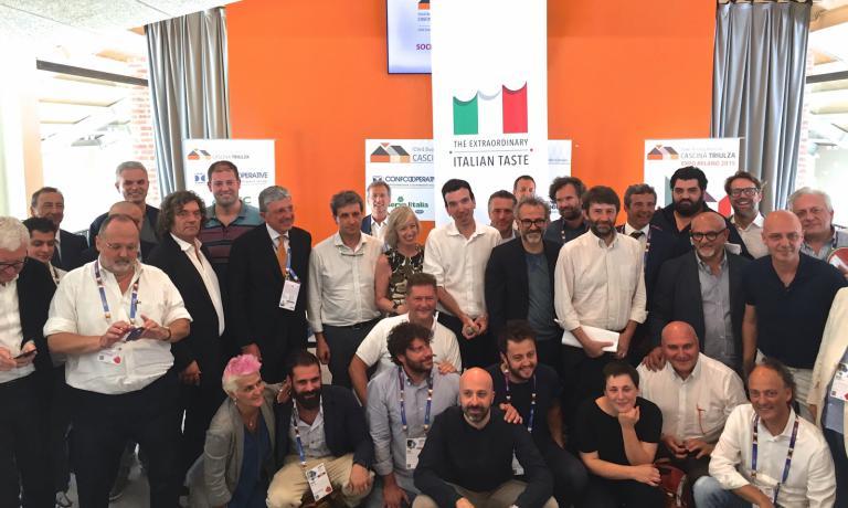 Foto di gruppo finale al termine dei lavori del secondo Forum della cucina italiana, poche ore fa a Expo Milano 2015 (foto Carlo Passera)