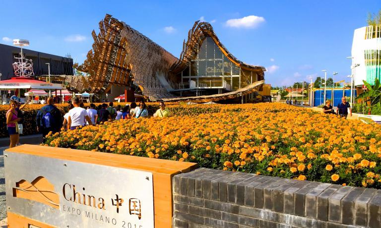 Il padiglione cinese a Expo 2015 � il pi� vasto, dopo quello tedesco. Vuole raccontare il grande Paese che trova il proprio equilibrio tra passato e futuro, tradizione e modernit�